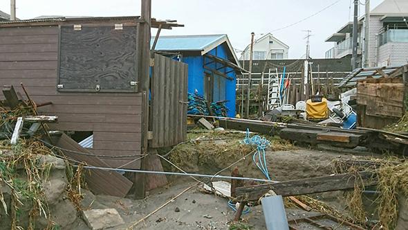 台風後の浜小屋